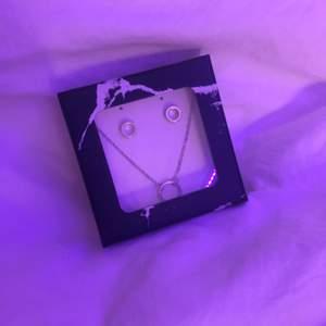 matchande örhängen och halsband, silver färgade. aldrig använda!💓💓 tror de kommer ifrån ur och penn eller möjligtvis glitter.