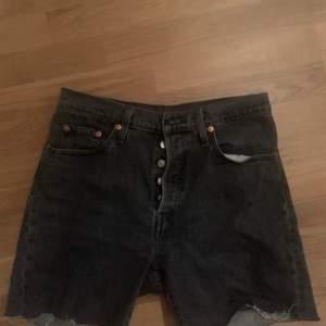 Svarta levis shorts som jag gjort själv utav ett par gamla jeans