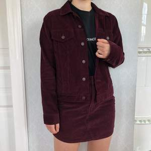 Settet är från carlings och är lila gjort av Manchester. Kjolen är i storlek s och jackan är i storlek m. Jackan sälja för 300 och kjolen för 250. Men kan få båda för 500. Frakt ingår