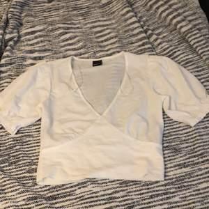 En kort vit tröja från Gina men som tyvärr var för liten för mig, endast testad strl xs. Köparen står för frakt