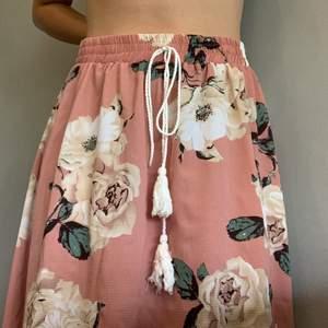 💗 Skit fin kjol till stranden eller till en mer preppy eller hippie outfit. passar M- L. Kan mötas i sthlm/Värmdö eller fraktas för 35 kr💗