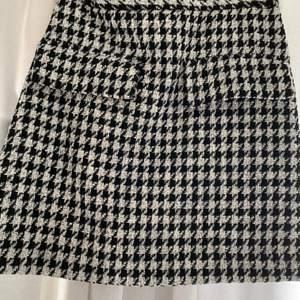 En rutig kjol från HM. Knappt använd! Storlek 34 och frakt tillkommer!
