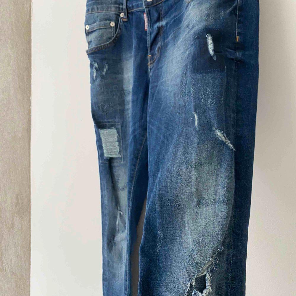 Dsquerjeans storlek 50!  Skulle säga att dem passar 46/48 om man jämför med en byxa från tex volt. . Jeans & Byxor.
