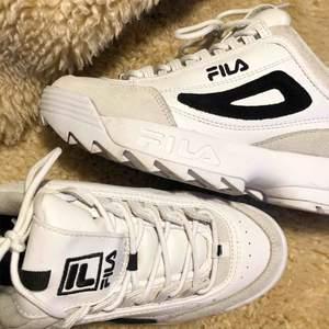 Dessa fina Fila skor var jag så taggad på i somras men de är för små för mig så de är bara använda tre gånger totalt. Väldigt fint skick, lite slitet märke inuti skon. Jag beställde strl 38.5 men de är små i storleken så passar bättre till 37.5-38.