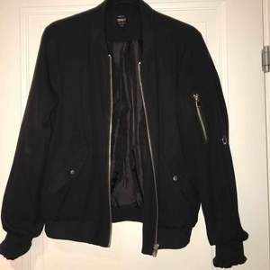 Jag säljer min svarta jacka med silver detaljer som är ifrån ONLY, jackan har används ett antal gånger men är i bra skick! köparen står för frakten💕