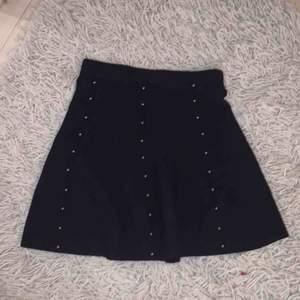 Svart snygg kjol från Zara! Jätteskönt och behagligt material med snygga detaljer! Mängdrabatt flera köpa av mina kläder!