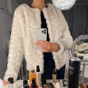 En vit jacka med fuskpäls som är skön och len. Rak modell med två fickor framtill. I storlek S och säljs just nu för 100kr inkl frakt🌸 Aldrig använd!