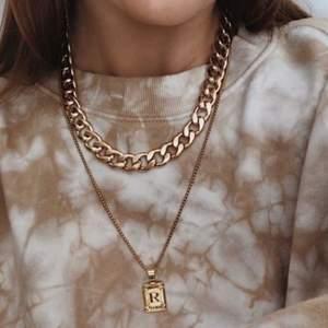 Kedjehaslband från weekday i guld färg! Aldrig använt. Kände inte att jag kunde bära upp det på ett bra sätt, så säljer vidare. 😊