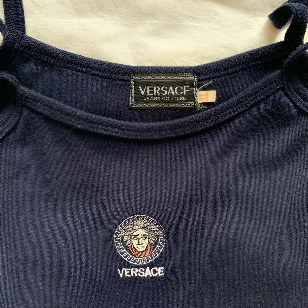 Mörkblått Versace linne. Aningen urtvättat men i bra skick. Storlek XL, men skulle snarare uppskatta storlek S/M. Jag (på första bilden) har i vanliga fall storlek S.      Köparen står för fraktkostnad🌸 . Toppar.
