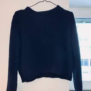 Mörkblå stickad tröja i storlek S. Frakt tillkommer