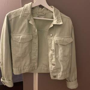 Säljer tre jeansjackor, 170kr för varje med inkl frakt💗 Den första är i strlk S, dom andra i XS