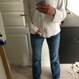 Säljer mina snygga zara jeans då dem aldrig riktigt kommit till användning - därav i fint skick! Dem är raka upptill och vida nertill, i storlek 36🦋🦋