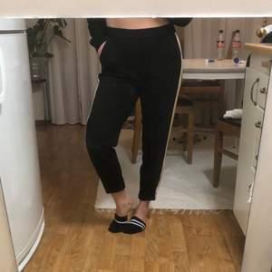 Svinsköna mjuka byxor från Vero Moda. Har fickor. Sparsamt använda. Jag är 163cm.   Frakt ingår i priset. Skickas spårbart.