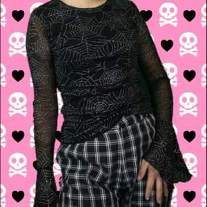 Perfekt tröja just nu till halloween, stl flicka 170 så passar ungefär som en xs för vuxen. Passar bra på mig som vanligtvis har xs-s i storlek. Har två lager på kroppen, svart underlager samt mesh och sedan endast mesh på ärmarna. Ärmarna blir lite vida vid slutet, skitsnyggt🕷️🕷️ frakt för denna ligger på 44 kr, samfraktar gärna 🕸️🕷️