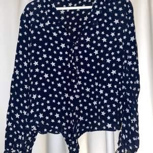 Snygg blus/skjorta från zara med stjärnor. Köpt för ca 2 år sedan men aldrig använd. Storlek M men sitter snyggt på mig som är S.