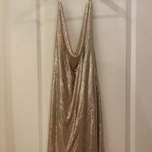 Kendall jenner inspirerad klänning i strl 38 men skulle säga passar S och M i roséguld jätte fin men tyvärr för kort för mig så den har aldrig använts prislappen är därav kvar nypris var 800kr så säljer för 300kr