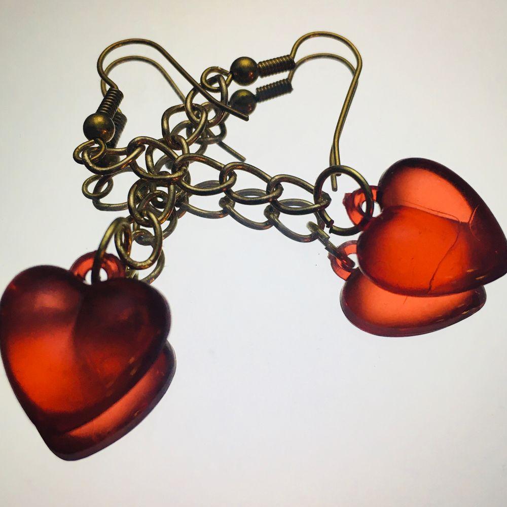 handgjorda hjärtörhängen på en guldig kedja, de är nickelfria och helt oanvända men rengörs innan de skickas, priset är 50kr + frakt på 11kr eller 2 par örhängen från min sida för 100kr inkl frakt💗. Accessoarer.
