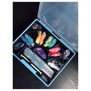 Rainbow Loom Deluxe-kit  innehåller: Two Rainbow Looms -  Original Rubber Band Loom En monster svans Rainbow Loom Två gula färgkrokar med metallspets 3600 latexfria gummiband (färgerna kan variera) 20 charm 200 pärlor 75 c-klipp pris är 270kr med spårbar frakt