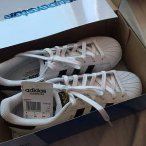 Säljer dessa fina adidas skor på grund av fel storlek. Dem är helt nya och aldrig använda. Köpta i adidas affären