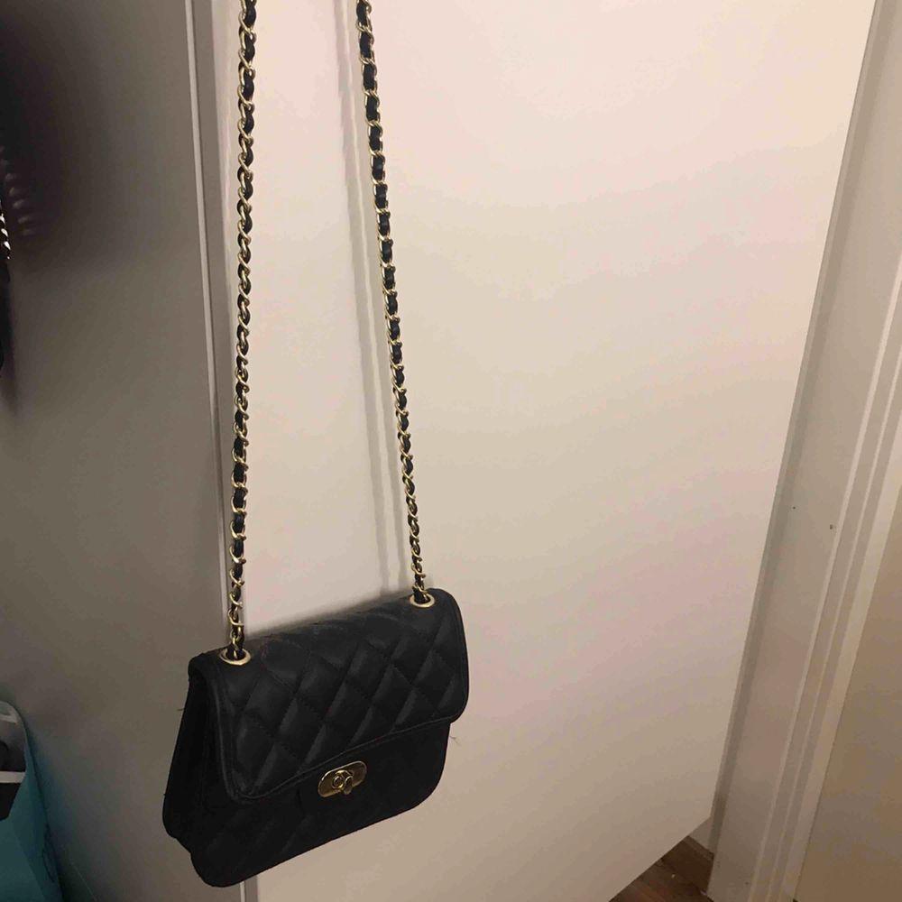 En ovanvänd väska från nelly.. Väskor.