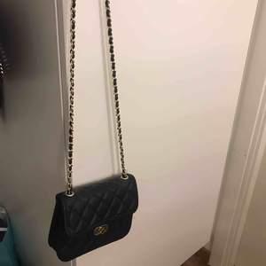 En ovanvänd väska från nelly.
