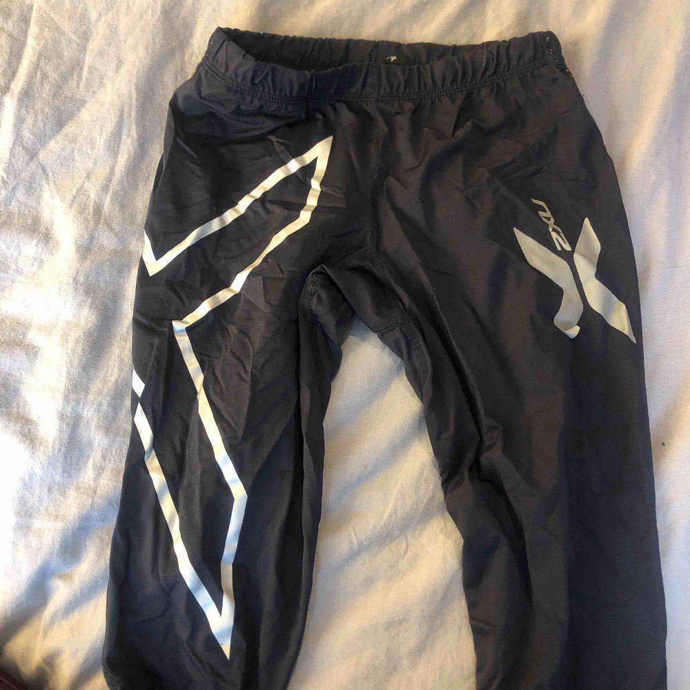 Superskönt 2xu kompression tränings tights som tyvärr har blivit för små som mig. Sparsamt använda men trycket på sidan har börjat lossna lite därav de billiga priset. NYPRIS: 900kr. Jeans & Byxor.