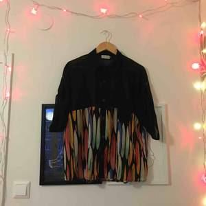 Underbart svart och mönstrad skjorta i något genomskinligt material! Jättesnyggt fall och detalj vid armar🖤 Kan mötas upp i Stockholm eller skicka (frakt ej inkl)! Kram