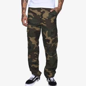 Helt nya oanvända Regular Cargo Pant, Camo Laurel Pant. Unisex. Passar mig som är 25/26 tum i jeans.  Nypris 1199kr, Pris inkl frakt!