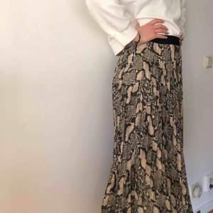 Orm mönstrad kjol endast använd en gång!  🤩 köparen står för frakt