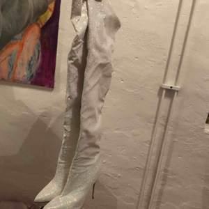 Lårhöga holografiskt glitter boats från Pleaser shoes. ALDRIG ANVÄNDA, Och dem är så snygga, sörjer dem verkligen men kan inte gå i dem, org.pris var 1600kr, frakt ingår självklart och man får med original påse plus byte av klackplupp💖 bästa festskorna😭