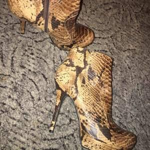 Högklackade skor från märket Rizzo. Nypris 1000kr. Endast använda en gång, sen dess har de glömts bort i garderoben.