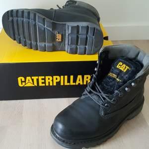CAT kängor, modell Bruiser, svart, storlek 40, läder. Nya i originalförpackning. Nypris ca 1.200 kr. Säljes för 600 kr.