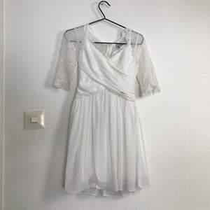 Jättefin Chiara Forthi klänning som passar perfekt ill skolavslutning mm. Endast använd en gång och säljer pga att den inte kommer till användning. Funkar för både Xs\S NYPRIS: 900 kr