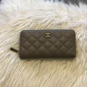 Grå plånbok. Använd några gånger men fortfarande mycket god kvalite.
