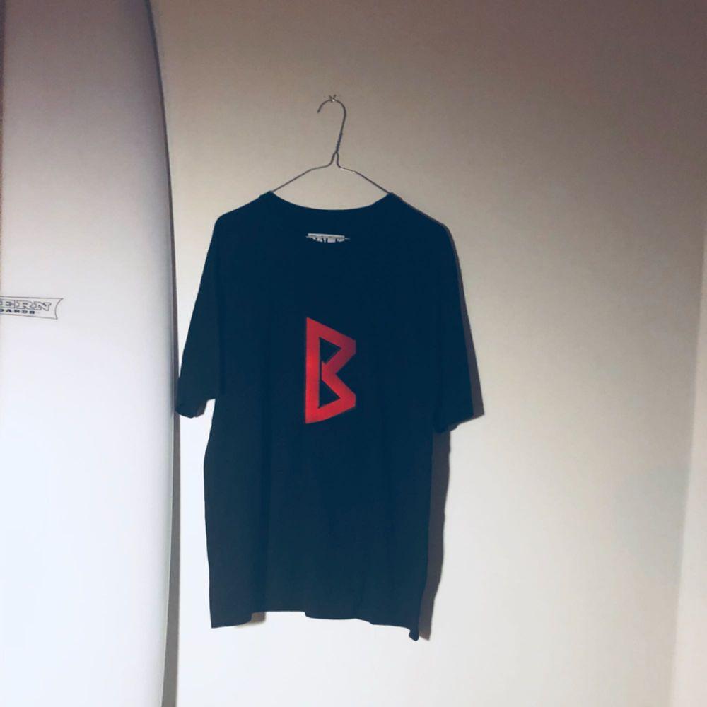 T-shirt från BACK! Köpt på Aplace, knappt använd!. T-shirts.