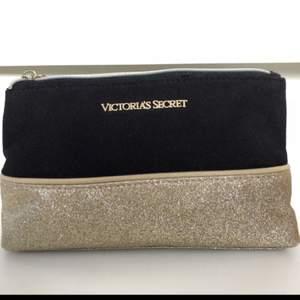 En superfin necessär från Victorias Secret med guldiga detaljer. Necessärens nedre del är täckt av guld glitter och den är i mycket bra skick. Passar perfekt som smink väska ;) (två necessärer finns tillgängliga) Köparen står för eventuell frakt. <3