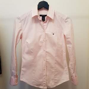 Fin Gant skjorta i strl 32, sparsamt använd, mycket fint skick. Kan hämtas i tc.