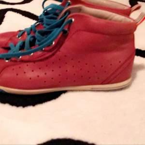 39 storlek,röd skor från Ecco jätte fint skick. Köparen betalar frakt. Köpt på 1000kr