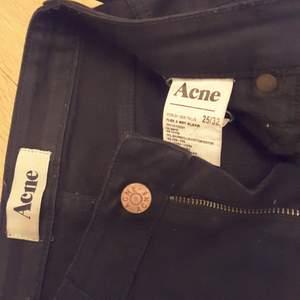Svarta acne jeans i bra skick.