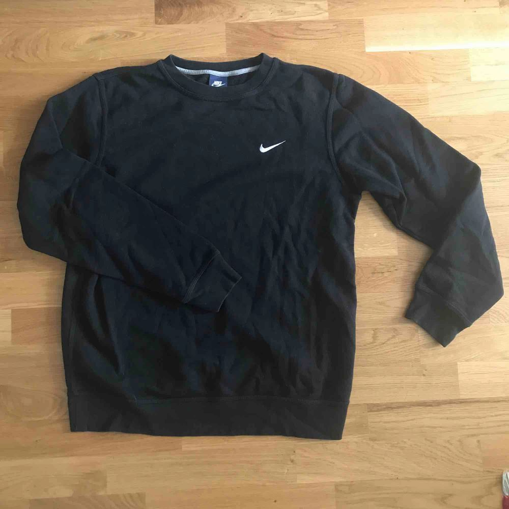 Svart sweatshirt tröja märke Nike inköpt på stadium för 500kr. Använd men inga skavanker . Huvtröjor & Träningströjor.