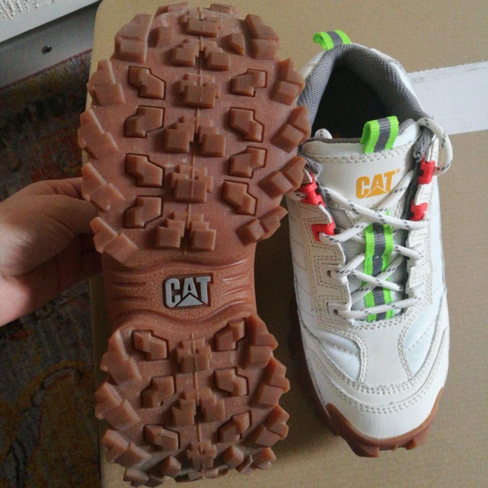 Säljer mina Cat intruder sneakers, snygga och chunky, endast använda 1 gång! Storlek 37 som nog är den minsta dem har, passa på!! . Skor.