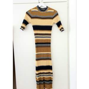Midi lenght ribbed dress from HM. Used once, as new. Has a cut on a side (the style of it). Length of the dress from shoulders down 118cm