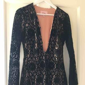 En fin svart spetsklänning. Helt oanvänd,