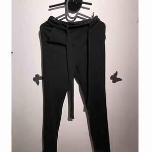 Fina byxor från Shein! Använt 2 gånger max. Köparen står för frakt eller så kan jag mötas i Uppsala! 💕
