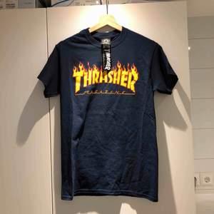 Helt oanvänd Thrasher flaming logo t-shirt i storlek small, lappen sitter kvar. Kan mötas upp i Uppsala eller Stockholm!