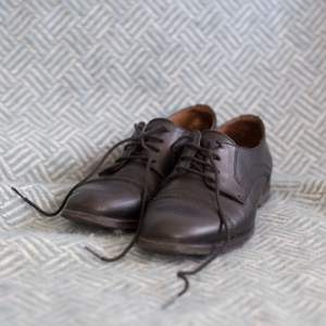 Derbyskor i svart läder med fin detalj framtill. Köpta på Feetfirst för några år sedan. Nypris 1000 kr. Omklackade och i fint begagnat skick. Det ena skosnöret börjar dock gå sönder och behöver bytas.