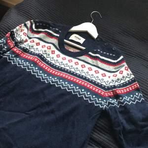 Jätteskön och mysig tröja av märket Svea. Använd högst 5 gånger, inte alls sliten. Märkt som storlek L men passar även S/M då den blir snyggt oversize.