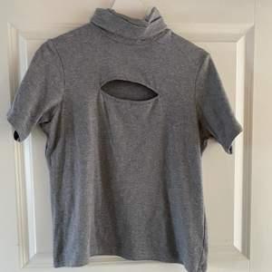 Hög hals och öppen precis ovanför brösten köpt second hand och det står att tröjan är L/XL men sitter som en M/S så är inte true to size