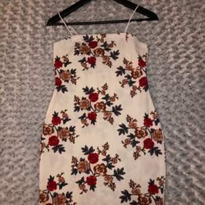 Figursydd jättefin klänning från SHEIN som tyvärr var för kort (för mitt tycke) då den slutar precis under rumpan (är 173cm). Aldrig använd endast provad. Lite genomskilnig men inte jätte