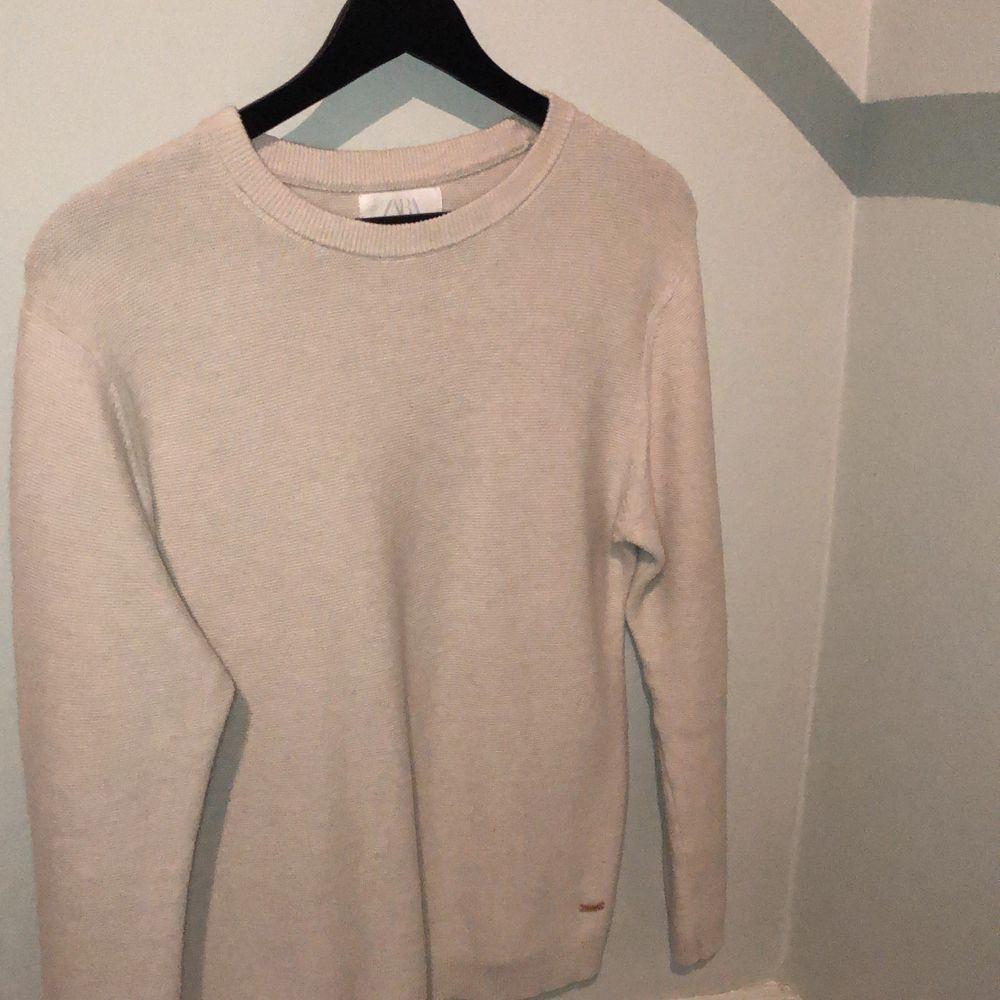 Beige jätteskön stickad tröja från Zara i storlek 164cm. Säljer pga att jag växt ut den☺️. Stickat.